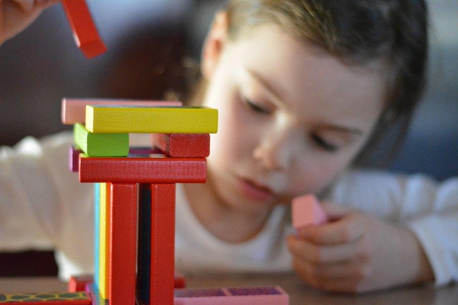 Zabawki edukacyjne i ich dopasowanie do wieku dziecka